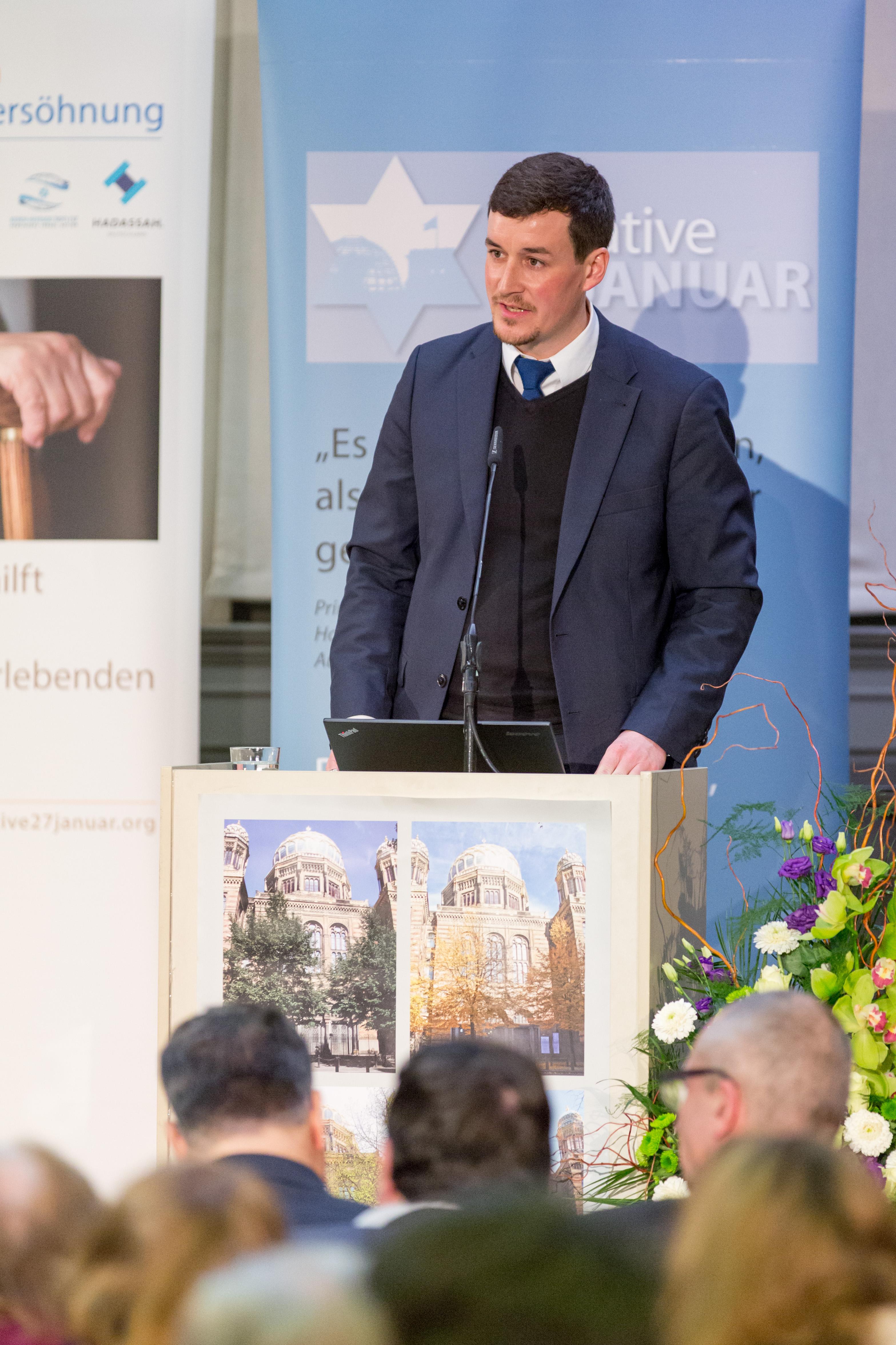 Moderation der Holocaust-Gedenkveranstaltung in der Neuen Synagoge in Berlin am 24. Januar 2017; Foto: Jason Terschüren